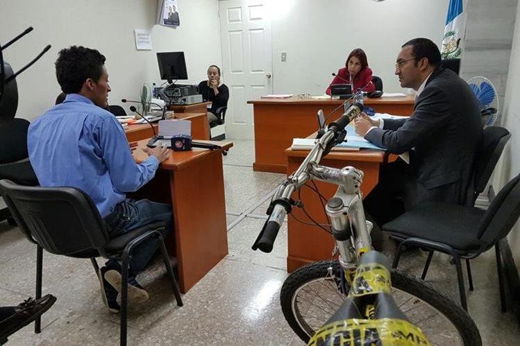Mario Enrique Chávez es juzgado por hurto en el Tribunal Quinto de Sentencia Penal. (Foto Prensa Libre: Jerson Ramos)