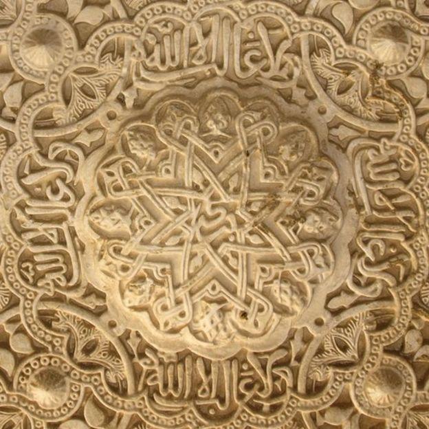 """En la galería norte del Patio de los Leones puede leerse el conocido lema de la dinastía de los nazaríes: """"No hay vencedor sino Allah"""". En el centro de la inscripción aparece también la palabra """"Bendición"""". AGRADECIMIENTO A JUAN CASTILLA"""