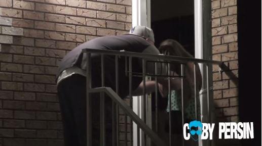 El padre de Julianna le recrimina por haber aceptado verse con un extraño. (Foto Prensa Libre: Youtube)