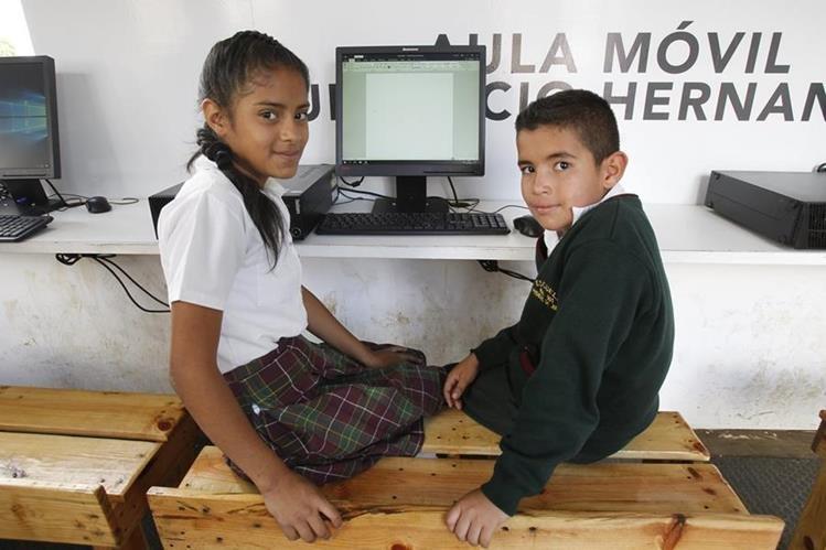Los hermanos Figueroa Linares, durante el curso de computación que recibieron ayer. (Foto Prensa Libre: Érick Dávila)