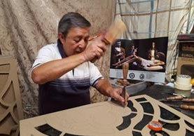Rolando Ortiz tiene varios años de elaborar moldes para alfombras y esta actividad le ha brindado una fuente de trabajo en Antigua Guatemala. (Foto Prensa Libre: Julio Sicán).