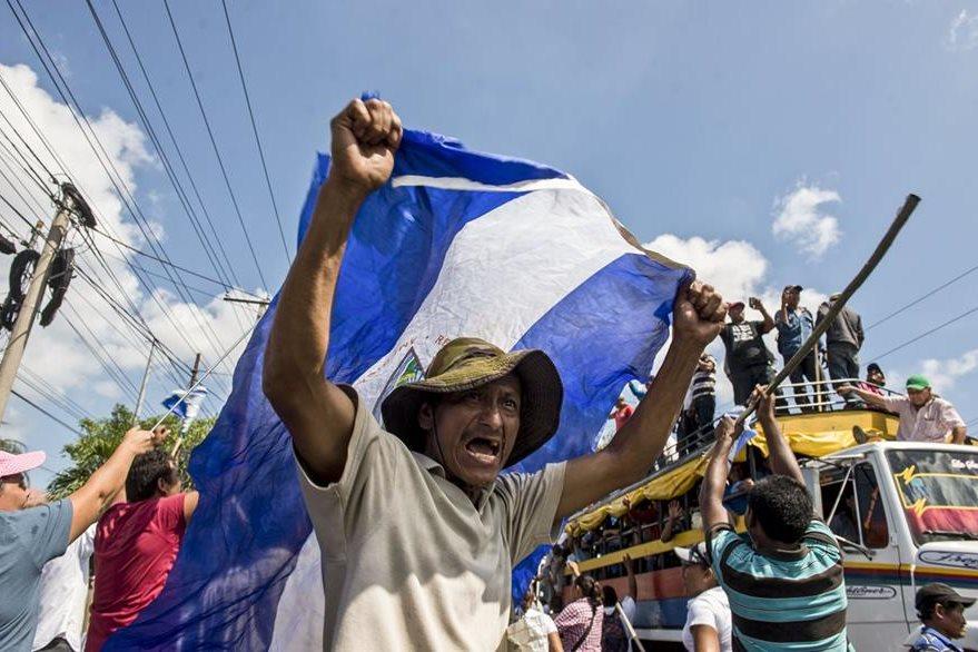 """Campesinos marchan bajo un inclemente sol al grito de """"¡No al canal!"""". (Foto Prensa Libre: AP)."""