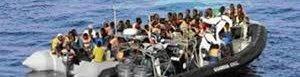 Policía española rescata a migrantes.
