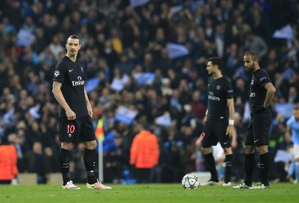 Los jugadores del París SG, encabezados por Zlatan Ibrahimovic sufren la eliminación. (Foto Prensa Libre: AP)