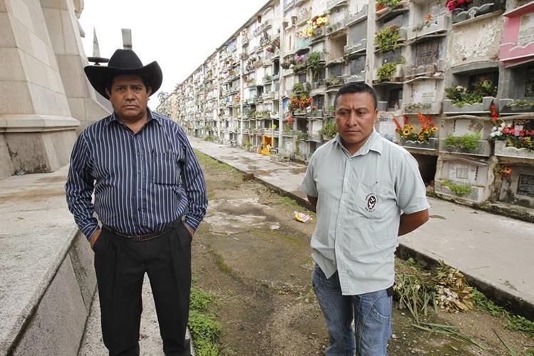 Aroldo Meléndrez Marroquín y Arnoldo Pérez se dedican a hacer inhumaciones y exhumaciones en el Cementerio General de la capital. (Foto Prensa Libre: Paulo Raquec)