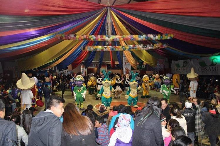 En horas de la noche los participantes bailan en el salón comunal, para el descubrimiento. (Foto Cortesía Convite Año Nuevo)