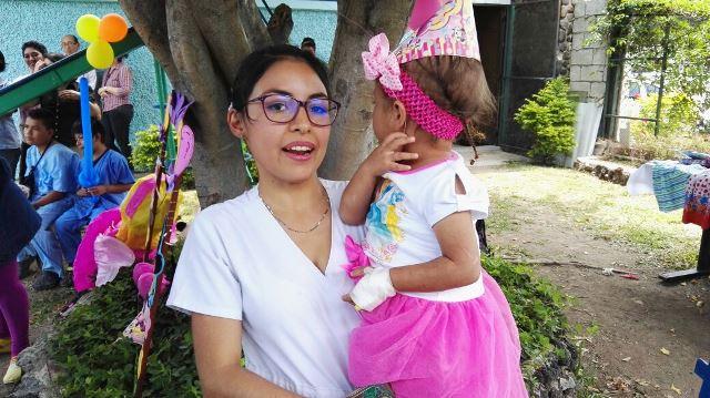Médicos y enfermeras del hospital de Amatitlán celebraron el cumpleaños de Astrid. (Foto Prensa Libre: Rony Pocon)