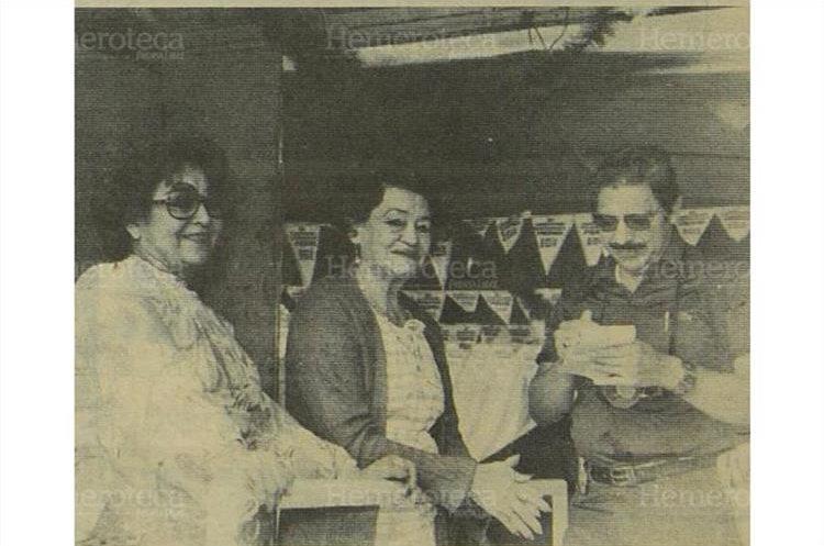 La señora Gregoria Alvarado viuda de Navarro, explica al reportero de Prensa Libre  Mario Tercero, las vivencias  del Circo junto a su hija  Clarita Navarro17/9/1984 . (Foto: Hemeroteca PL)