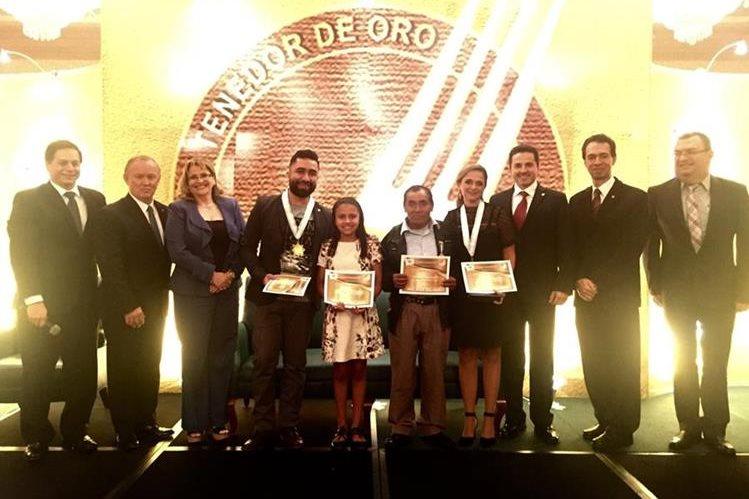 Ganadores del Galardón Tenedor de Oro 2016, mejor chef, restaurante y personajes destacados. (Prensa Libre: Cortesía)