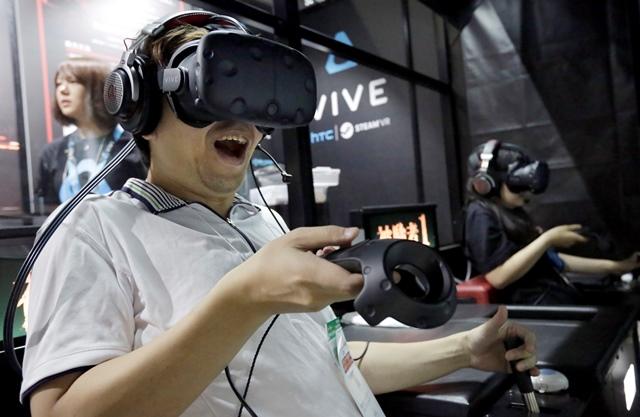 Un visitante prueba un juego de realidad virtual, durante la feria. (Foto Prensa Libre: AP).