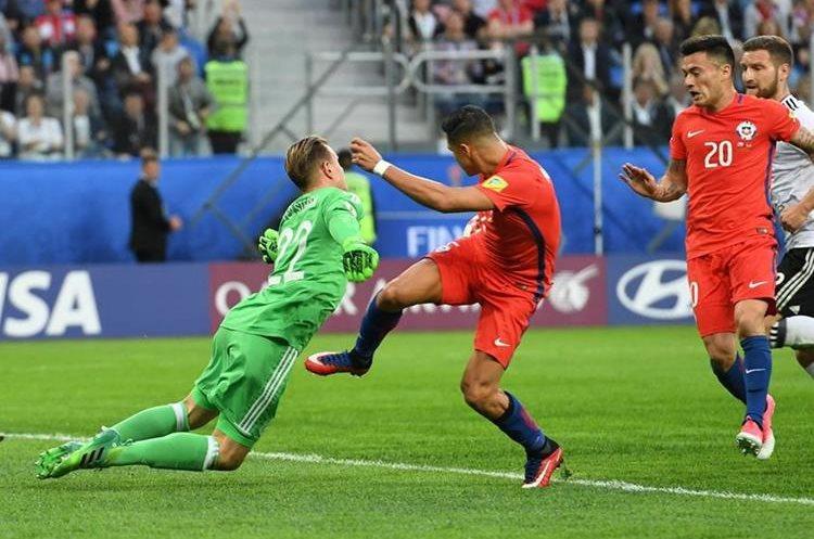 El portero Marc-Andre Ter Stegen le gana el duelo al chileno Alexis Sánchez.