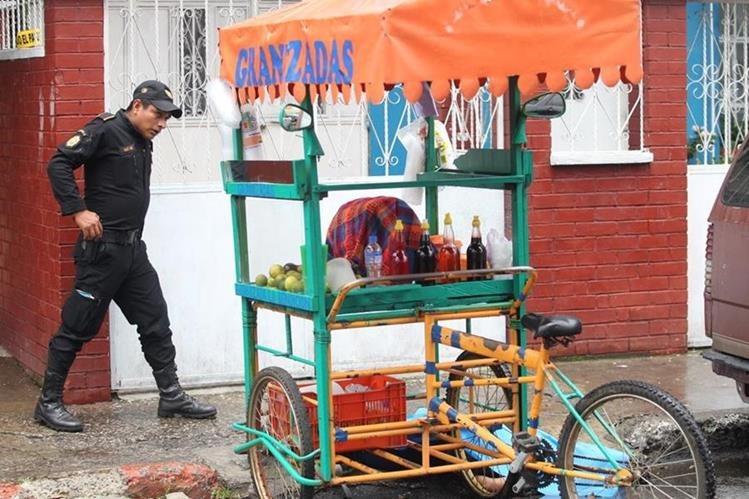 Un policía resguarda la escena del crimen. (Foto Prensa Libre: Erick Avila)