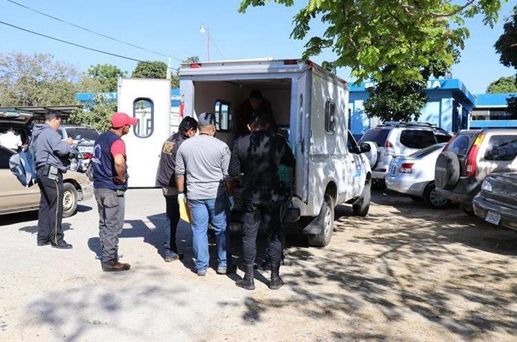 Algunos vecinos y familiares llegaron a identificar a la víctima, quien tenía dos años de laborar en la comuna de Olopa. (Foto Prensa Libre: Mario Morales)