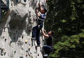 El muro de escalar es uno de los atractivos que más buscan los visitantes del parque. (Foto Prensa Libre: Eduardo González)