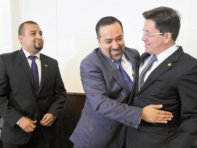 Francisco Solórzano, de la SAT; Jairo Flores, presidente de la Comisión de Finanzas, y Julio Estrada, ministro de Finanzas.