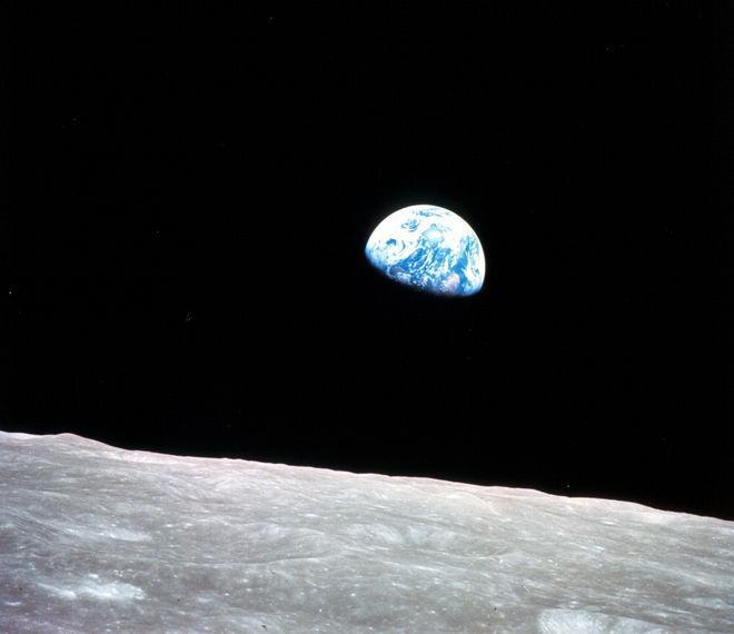 Primera vista a la Tierra desde la luna, fotografía tomada en 1968. (Foto Prensa Libre: microsiervos.com).