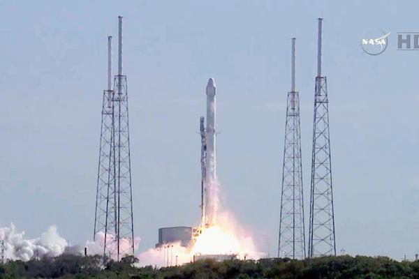 Imagen de televisión del Space X Falcon 9 en su despegue en Florida. (Foto Prensa Libre: AFP).