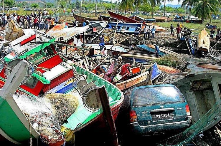 Un vehículo quedó entre botes después de la gigantesca ola que alcanzó la isla de Langkawi en Malasia. (Foto: EFE)
