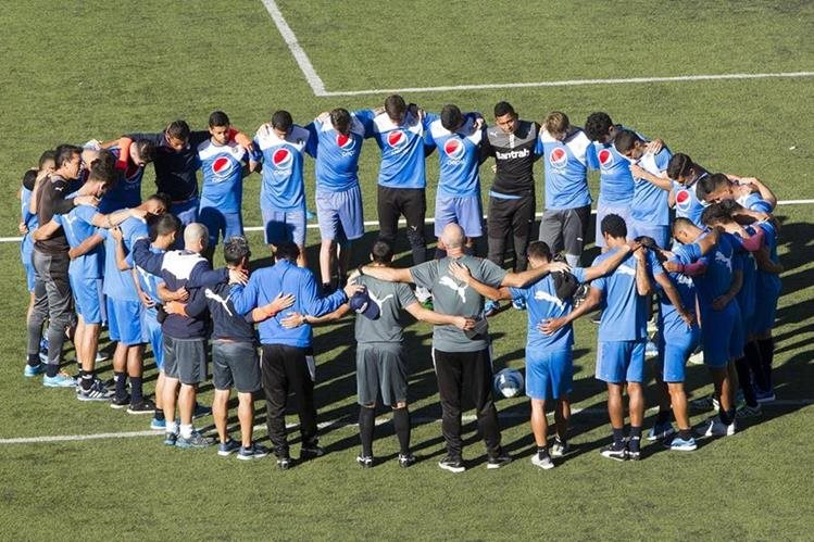 Los jugadores albos están unidos y confían en avanzar. (Foto Prensa Libre: Hemeroteca PL)