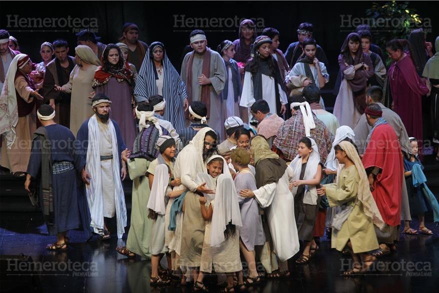 """Jesús y los niños, escena de la obra sacra """"La Vía Dolorosa"""". (Foto: Hemeroteca PL)"""