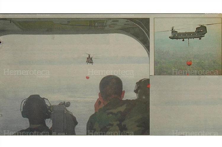 Helicópteros norteamericanos Chinook combate incendios  forestales en  Petén lanzando  agua en zonas donde  el fuego es más intenso 26/5/1998. (Foto: Hemeroteca PL)