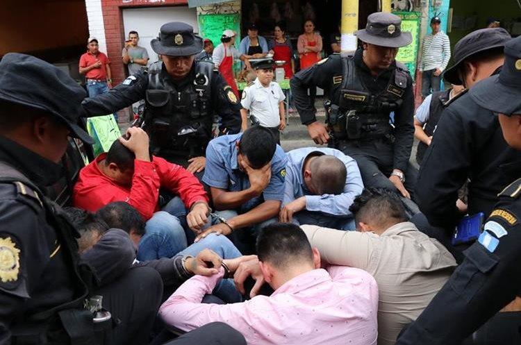 Los ocho capturados fueron trasladados a la subestación de Sanarate, El Progreso. (Foto Prensa Libre: Hugo Oliva)