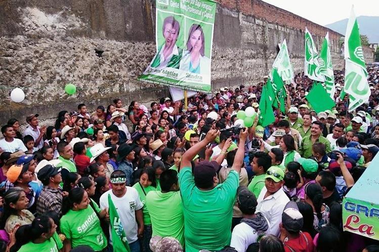Pobladores de los ocho municipios de Baja Verapaz llegaron al mitin de Sandra Torres. (Foto Prensa Libre: Carlos Grave)