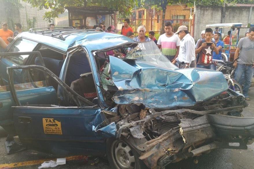 Taxi en el que su conductor muró, quedó destruido en choque registrado en San Sebastián. (Foto Prensa Libre: Rolando Miranda)