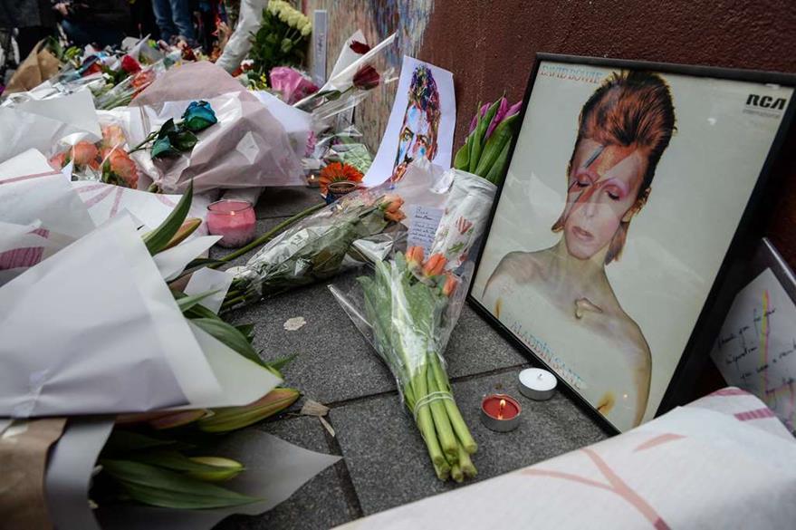 Seguidores de David Bowie lloran su muerte en el mundo. (Foto Prensa Libre: AP)