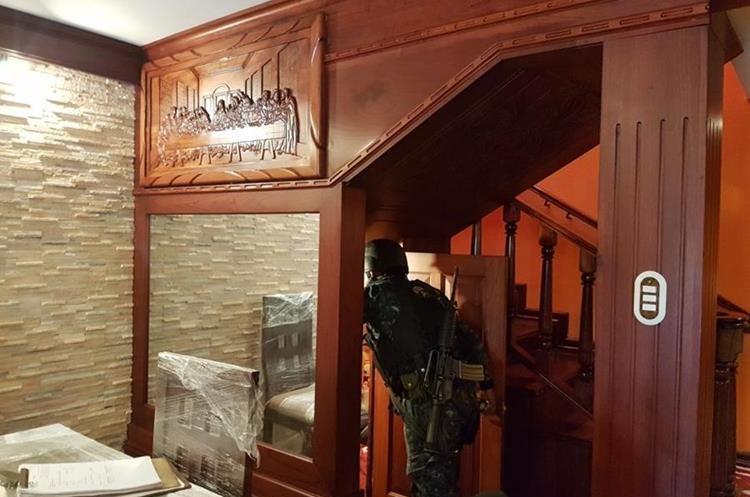 Las paredes de la casa están cubiertas por madera fina.(Foto Prensa Libre: PNC)