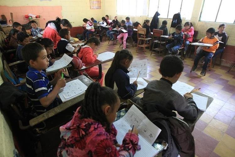 Mientras el Mineduc gastará en pagar un bono, la mayoría de escuelas sigue con serias deficiencias de infraestructura y mobiliario. (Foto Prensa Libre: Hemeroteca PL)
