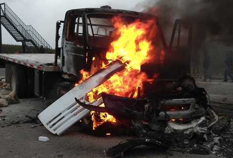 El conductor de un camión cargado con cemento al parecer disparó contra los manifestantes, molestó por el bloqueo en la ruta Interamericana. (Foto Prensa Libre: Ángel Julajuj)