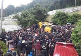 Vuelca bus en San Juan Sacatepéquez. (Foto Prensa Libre: CBV)