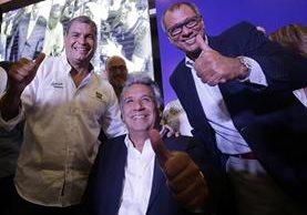 Lenín Moreno (2d) celebra junto a su compañero de formula Jorgue Glas (d) y el presidente de ecuador Rafael Correa (2-i).(EFE).
