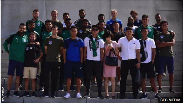 Parte de la delegación del Bengaluru FC junto a sus guías. En el equipo, que es entrenado por el español Albert Roca, juegan cuatro jugadores españoles y el venezolano Miku. (Foto Prensa Libre: BBC Mundo)