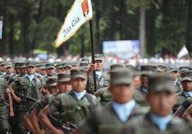 Soldados marchan en la celebración del Día del Ejército, en la Brigada Mariscal Zavala, el 30 de junio de 2015. (Foto Prensa Libre: Hemeroteca PL)