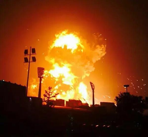 Una fuerte explosión sacudió un poblado de China este miércoles. (Foto: @XHNews).