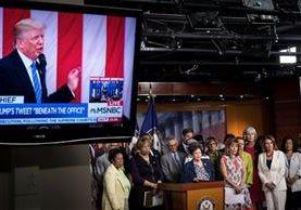 Demócrata celebran una conferencia de prensa sobre los tweets controversiales de Trump, en el Congreso.(AP).