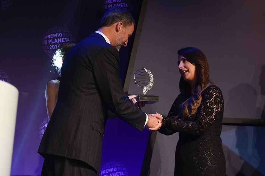 Redondo recibe de manos del rey Felipe VI de España el Premio Planeta.