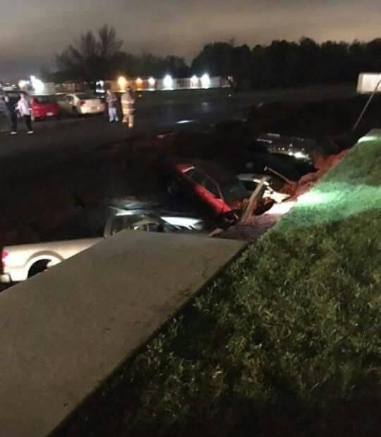 Al menos doce vehículos quedaron bajo tierra. (Foto Prensa Libre: WJTV.com)