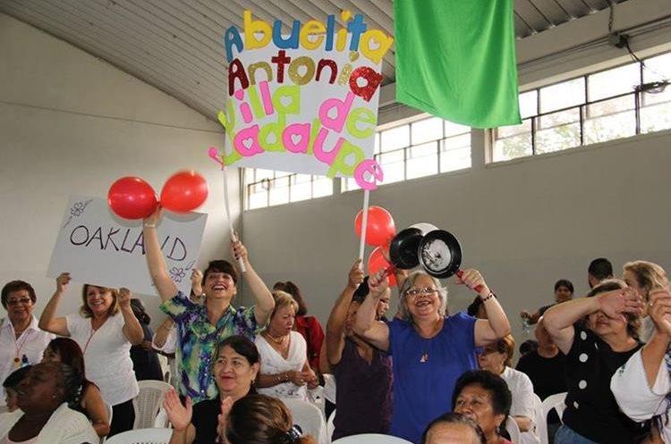 El público apoyo a las candidatas para conseguir la corona de Mrs. Abuelita. (Foto Prensa Libre: Municipalidad de Guatemala)