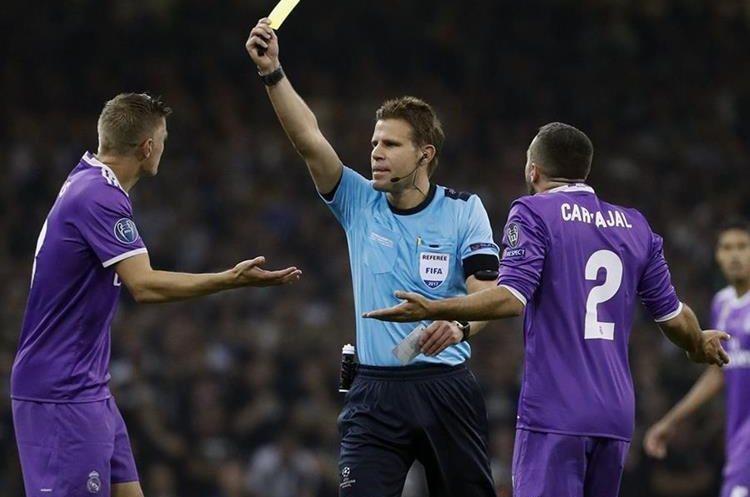 El colegiado alemán Felix Brych muestra tarjeta amarilla a su compatriota, el centrocampista del Real Madrid, Toni Kroos.
