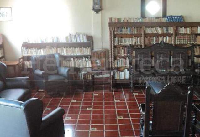 Vista de la sala y biblioteca de Herrera, que conserva más de dos mil ejemplares. (Foto: Hemeroteca PL)