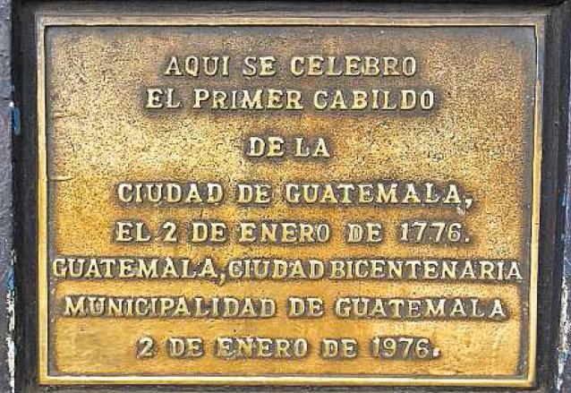 Esta plaqueta se observa en el sitio en donde se reunió el concejo de Guatemala, a un costado de la Parroquia Vieja. (Foto: Hemeroteca PL)