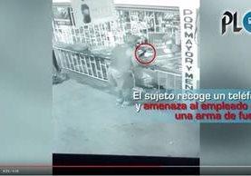 Sujeto fue grabado en video cuando recoge un teléfono móvil en un negocio de Puerto Barrios. (Foto Prensa Libre: Cortesía)