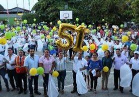 Pobladores de Poptún festejaron los 51 años del municipio con una caminata en donde pidieron por la paz. (Foto Prensa Libre: Rigoberto Escobar)