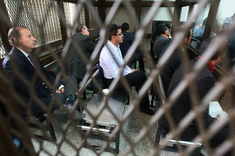 Omar Franco, exjefe de la SAT, uno de los acusados escucha la audiencia en el Juzgado de Mayor Riesgo B. (Foto Prensa Libre: Alvaro Interiano)