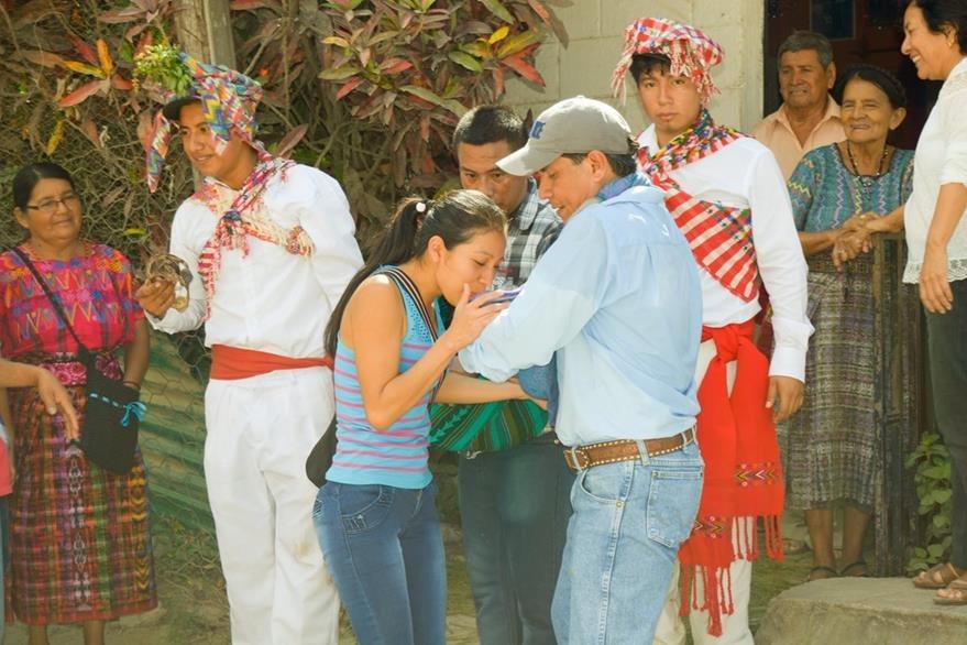 Una vecina recibe al Niño Dios durante su paso por Rabinal, Baja Verapaz.(Foto Prensa Libre: Carlos Grave)