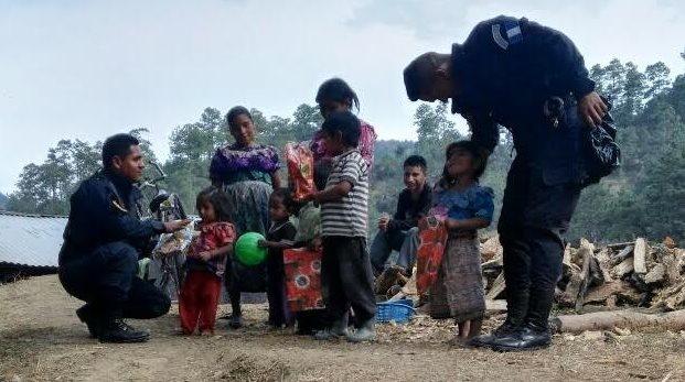 Niños de San Bartolomé Jocotenango reciben juguetes obsequiados por agentes de la PNC. (Foto Prensa Libre: Óscar Figueroa)
