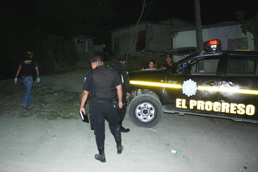 Los cuatro heridas en balacera, en la colonia Sonoro, Sanarate, El Progreso, fueron llevados a un hospital. (Foto Prensa Libre: Héctor Contreras)